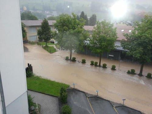 Die Wassermassen mit Blick Richtung Schulhaus Obernau. (Bild: Leserreporter Adi Blättler)