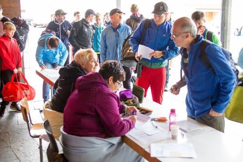 Berglauf Hasle - Heiligkreuz- First. Lis Eicher (links) und Doris Wermelinger nehmen Anmeldungen entgegen. (Bild: Beat Blättler)