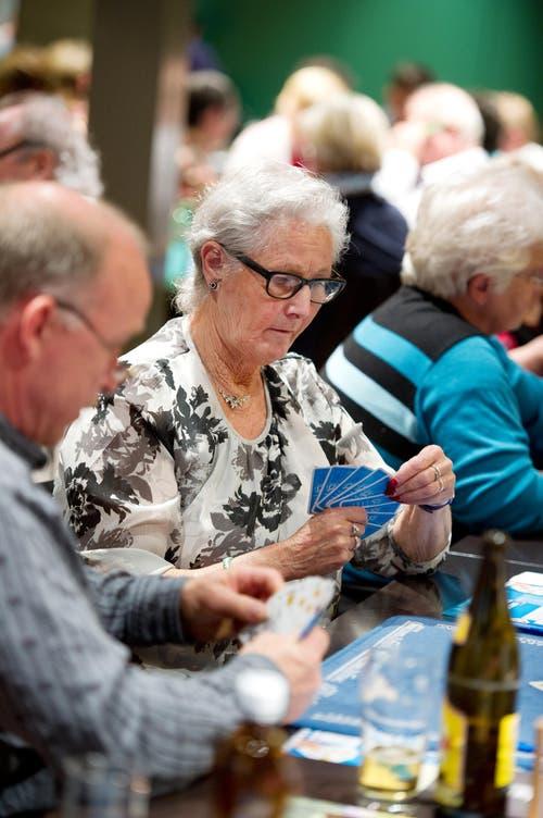 Alice Scheibert konzentriert beim Jassen im Restaurant Wichlern in Kriens. (Bild: Corinne Glanzmann / Neue LZ)