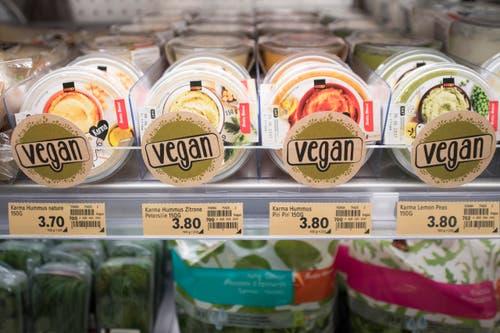 In den Regalen finden sich Früchte, Gemüse, Milchprodukte, Ersatzprodukte wie Soja- oder Mandelmilch, Smoothies, Säfte, Getreide oder Pasta. (Bild: Urs Flüeler / Keystone)