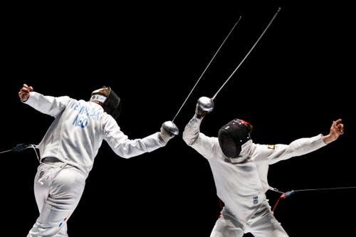Auf dem Weg zur Silbermedaille: Max Heinzer, rechts, im Duell mit dem Holländer Bas Verwijlen im Sechzehntelfinal. (Bild: Keystone / Valentin Flauraud)