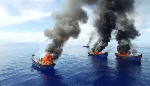 12. Juni: Vier vietnamesische Fischerboote brennen, angezündet von den Behörden des kleinen Pazifikstaates Palau. So will man der illegalen Fischerei in den eigenen Gewässern einen Riegel schieben. (Bild: Jeff Barabe/The Pew Charitable Trusts via AP)