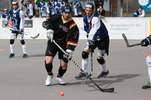 Oberwils Goran Nisevic (links) gegen Grenchens Stefan Rindlisbacher. (Bild: Roger Zbinden / Neue ZZ)