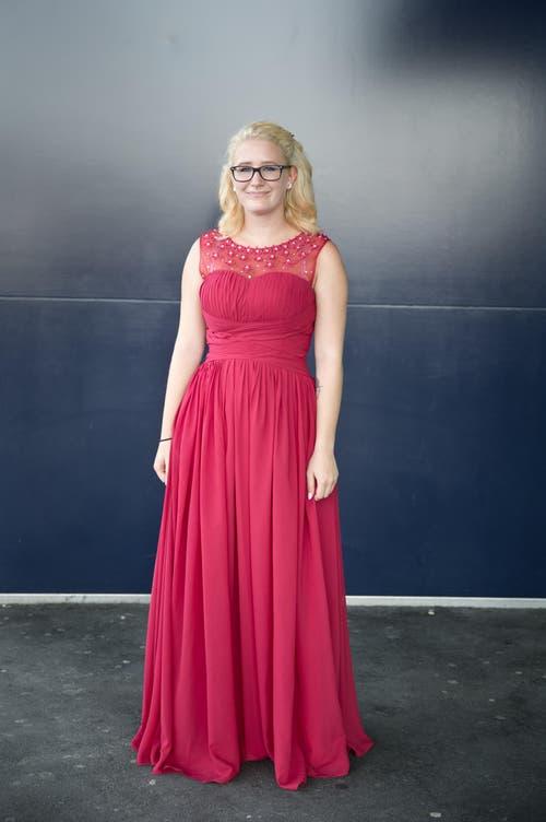Larissa Scherer, 19, Kauffrau, Emmenbrücke: «Ich habe mein Outfit extra für die Diplomfeier gekauft. Meine blonden Haare und mein spezieller Nasenring sind meine Markenzeichen. Schlaghosen würde ich niemals tragen.» (Bild: Neue LZ / Manuela Jans)