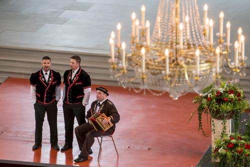 Thomas Wicki, Marco Buehler und Peter Rymann, von links nach rechts, beim Wettvortrag in der katholischen Pfarrkirche. (Bild: Alexandra Wey/Keystone)