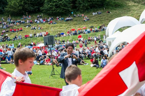 1. August Feier auf dem Rütli: Junge Fahnenschwinger sind ein beliebtes Sujet bei den geladenen ausländischen Diplomaten. (Bild: Roger Grütter / Neue LZ)