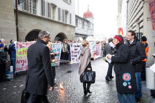 Diese Botschaft erhielten die Kantonsräte in Form eines Flyers in die Hand gedrückt, als sie – teils unter lautem Pfeifkonzert – das Regierungsgebäude betraten. (Bild: Manuela Jans-Koch)