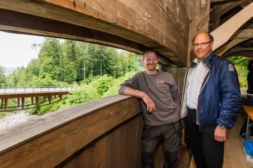 Der Zimmermann Roland Waldispühl und der Krienser Gemeindeammann Matthias Senn auf der renovierten Brücke. (Bild: Roger Grütter / Neue LZ)