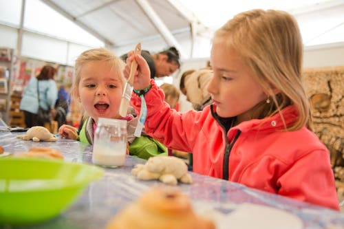 Backen am Luga-Kindertag mit Linda (3) und Anja (5). (Bild: Dominik Wunderli / Neue LZ)