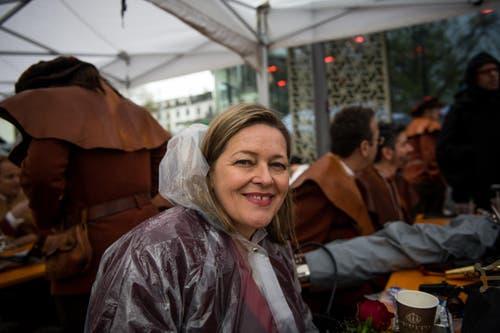 Die Urner Regierungsrätin Heidi Z'graggen mischt sich unter all die Ausserkantonalen. (Bild: Roger Grütter / Neue LZ)