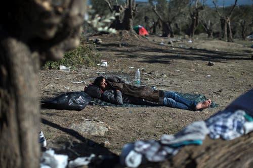 Ein Mann schäft ausserhalb des «Hotspots» Moria. (Bild: AP/Marko Drobnjakovic)