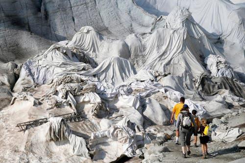 11. August: Weisse Planen liegen auf dem Eis des Rhonegletschers, um das Abschmelzen des Eises zu verlangsamen. Das soll der Erhaltung der touristischen Eishöhle dienen. Nur – es nützt kaum etwas. (Bild: Keystone / Peter Klaunzer)