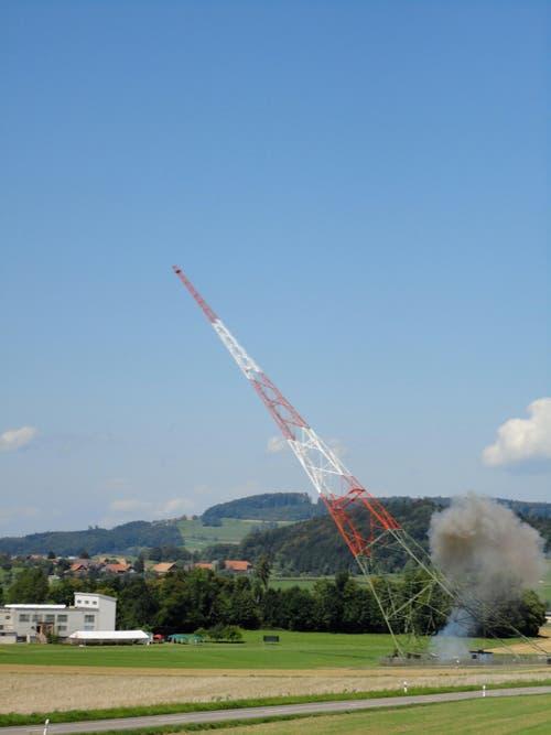 Sprengung des kleinen Landessenders Beromünster um 14.00 Uhr. (Bild: Leserbild Karin Buholzer)