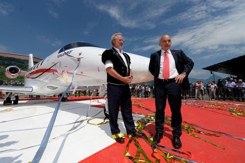 Verwaltungsratspräsident Oskar J. Schwenk, links, und Bundesrat Ueli Maurer, rechts, vor dem neuem PC-24 Flugzeug. (Bild: Keystone)