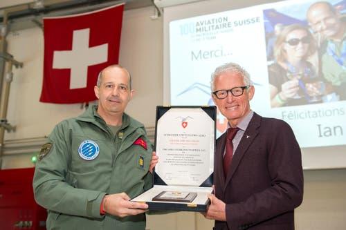 Colonel EMG Ian Logan, Chef Regulation Militärluftfahrt und Direktor AIR 14 Payerne (links) erhält den Pro Aero Anerkennungspreis 2015 von Markus Gygax, Präsident der Stiftung. (Bild: Keystone)
