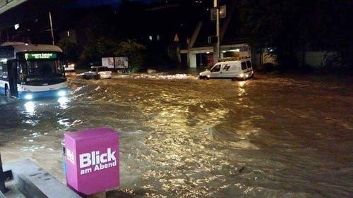 Fast kein Durchkommen mehr im Würzenbach-Quartier in der Stadt Luzern. (Bild: Leserreporter)