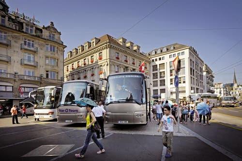 Cars beim Schwanenplatz. Dieses Bild soll schon bald der Vergangenheit angehören. (Bild: Pius Amrein / Neue LZ)