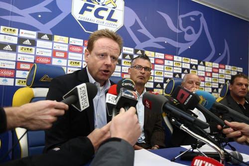 Rückblick auf seine Trainerkarriere beim FCL: Am 27. Oktober 2008 wird Rolf Fringer (links) als neuer FCL-Trainer den Medien vorgestellt. (Bild: Philipp Schmidli)