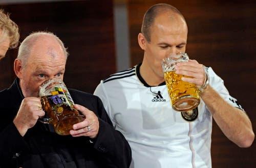 """Joe Cocker war jahrelang Alkoholiker. In der Show """"Wetten, dass...?"""" trank er im Jahr 2010 eine Mass mit Fussballer Arjen Robben vom FC Bayern München. (Bild: Keystone)"""