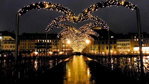 Platz 16 – 455 Gefällt mir: Weihnachtsstimmung auf dem Reusssteg in der Stadt Luzern (19. Dezember). (Bild: Leser Walter Buholzer)
