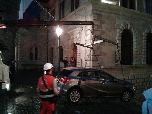 ... und hievte das Mietauto auf das sichere Kopfsteinpflaster beim Rathaus. (Bild: Leserreporter)