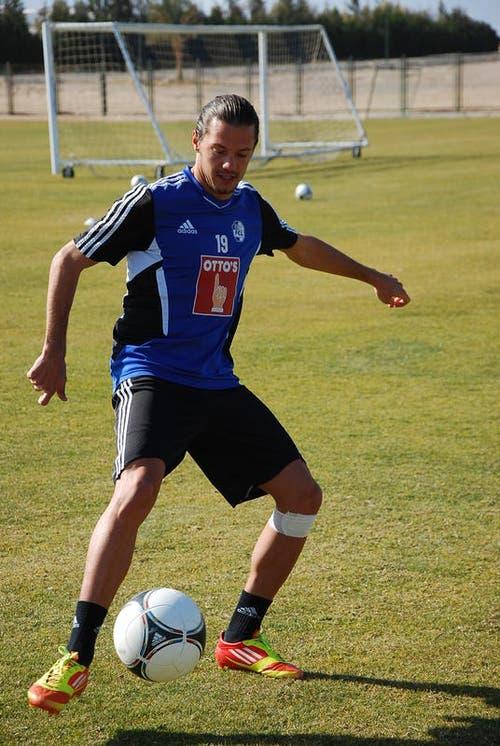 Adrian Winter leitet den Ball gekonnt weiter (Bild: Daniel Wyrsch / Neue LZ)