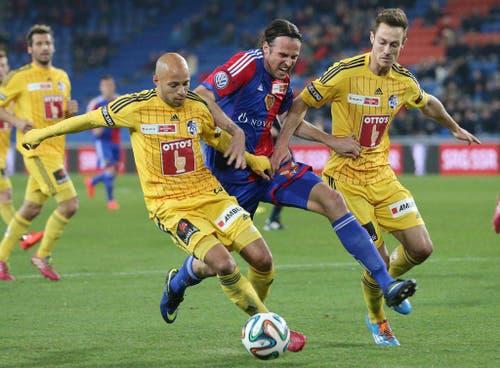 Basels Marco Streller, Mitte, versucht sich gegen die Luzerner Yassin Mikari, links, und Luzerner Francois Affolter durchzusetzen. (Bild: Keystone)