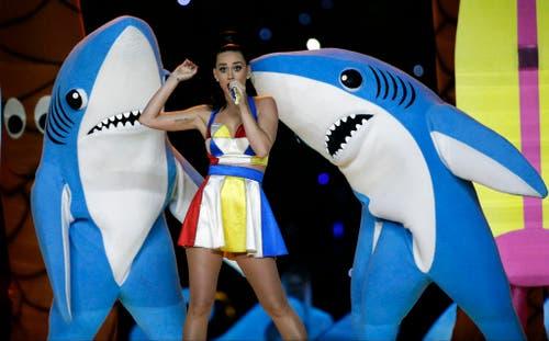 Die spektakulärste Halbzeit-Show aller Zeiten? Kate Perry beim Super Bowl 2015, umgeben von kitschig lachenden Haien. (Bild: AP / David J. Philip)