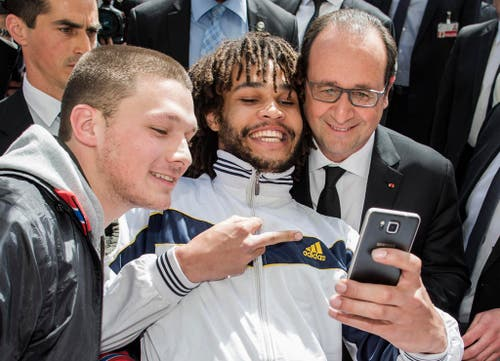 15. April: Frankreichs Präsident François Hollande ist auf zweitägiger Staatsvisite in der Schweiz. In den Gesprächen geht es um den wirtschaftlichen Austausch, Steuerfragen und die Bildungspolitik. Auf dem Münsterplatz kommt es zu einer Begegnung der frechen Art: Ein junger Selfie-Föteler zeigt mit ausgestrecktem Mittelfinger auf das Bild. (Bild: Keystone / Thomas Hodel)