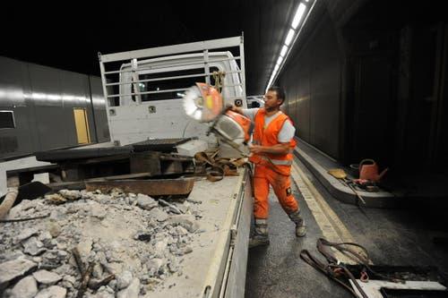 Sämtliches Material muss abtransportiert werden, damit der Verkehr ab 5 Uhr wieder fliessen kann. (Bild: Urs Hanhart / Neue UZ)