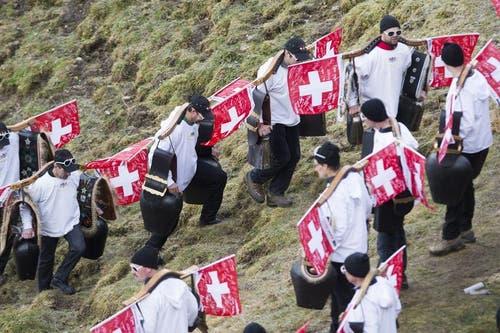 Die Schweizer Fans kamen mit Kuhglocken und unterstützten die Skispringer geräuschvoll. (Bild: Keystone / Sigi Tischler)