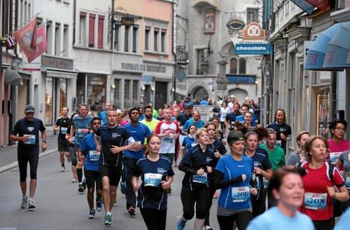 Luzerner Stadtlauf: Maenner und Frauen unterwegs in der Pfistergasse (Bild: Swiss-Image)