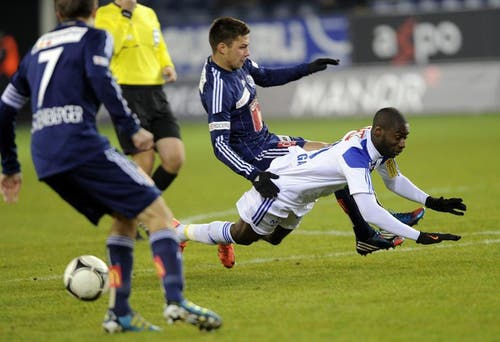 Alain Wiss vom FC Luzern (Mitte) gegen Chris Malonga von Lausanne. (Bild: Keystone)