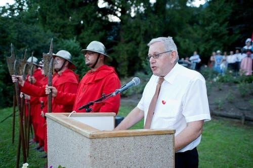 Albert Auf der Maur, Gemeindepräsident, während seiner Ansprache. Neben ihm die Roten Schwyzer. . (Bild: Erhard Gick / Neue SZ)