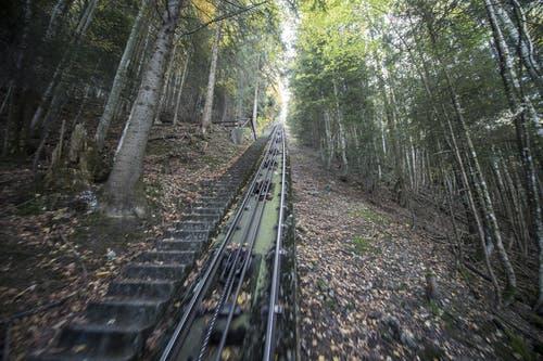 Blick aufs Trassee der alten Bahn. (Bild: Urs Flüeler / Keystone (Schwyz, 12. Oktober 2017))