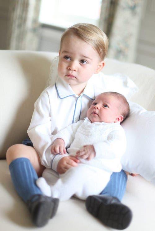 Prinz George mit seiner Schwester Charlotte. (Bild: Handout / Duchess of Cambridge)