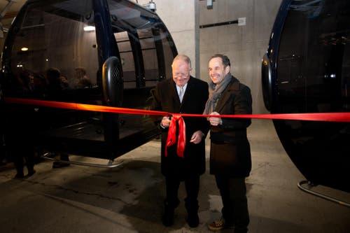 Eröffnung der neuen 8er-Gondelbahn TITLIS Xpress. Im Bild: VR-Präsident Hans Hess und CEO Norbert Patt schneiden das rote Band durch. (Bild: Manuela Jans-Koch (Neue LZ))