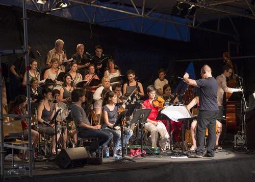 """Der Chor und das Orchester bei Proben für das Freilichtspiel """"Tell trifft Wagner"""". (Bild: Keystone)"""