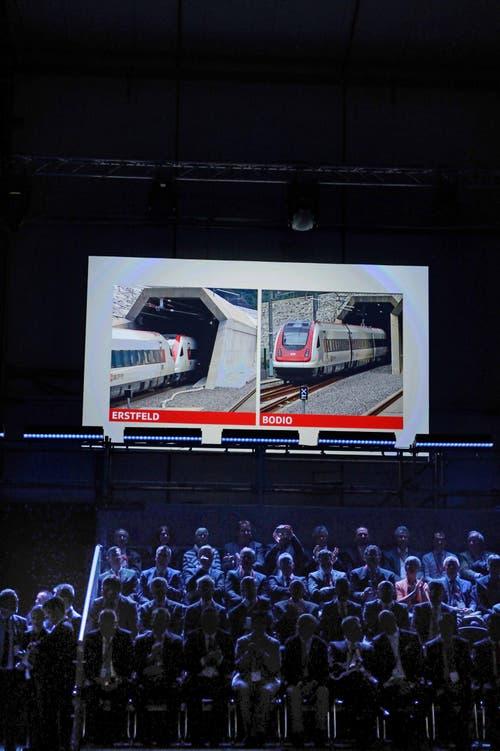 Präzision bei der Einfahrt: Die beiden Züge im Norden und Süden fahren gleichzeitig in den Tunnel ein. (Bild: Nadia Schärli)