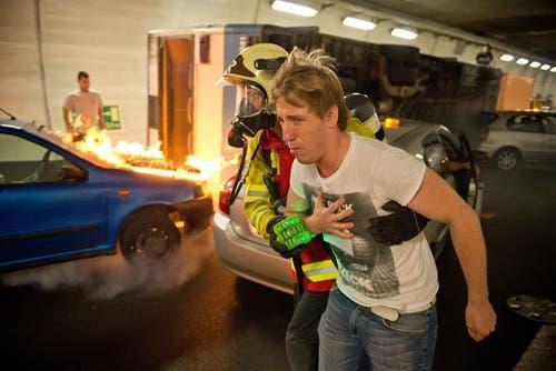 6. September 2013: Im Sonnenbergtunnel ereignete sich eine Massenkarambolage. Betroffen waren mehrere Autos, ein Linienbus, ein Reisecar und ein Lastwagen. Rund 300 Einsatzkräfte übten den Ernstfall. (Bild: Dominik Wunderli / Neue LZ)