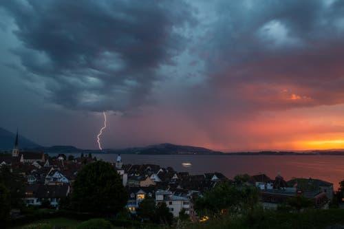 Gewitter und Abendrot über dem Zugersee (Bild: Leser Daniel Hegglin)