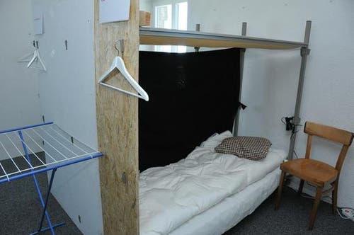16. Januar: Ein Blick in die einfache Unterkunft im Untergeschoss des Drehrestaurants Rondorama. (Bild: Robert Hess / Neue OZ)