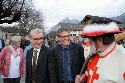 Unser Berner Duo unterhält sich mit dem Helmibläser. Ständerat Erich Ettlin mit Nationalrat Karl Vogler. (Bild: Romano Cuonz / Neue NZ)