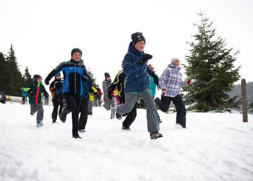 Auch Rennen macht Spass: Lagerteilnehmer im Langis sind für einmal zu Fuss statt auf den Langlaufski für den Biathlon unterwegs. (Bild: Corinne Glanzmann)