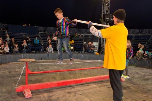 Misha (7) balanciert auf dem Seil am Kindertag. (Bild: Dominik Wunderli / Neue LZ)