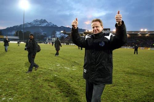 Ein Highlight: Am 14. Dezember 2008 feiert Rolf Fringer mit den Fans. Damals kanterte man sensationell den FC Basel 5:1 nieder. (Bild: Philipp Schmidli/Neue LZ)