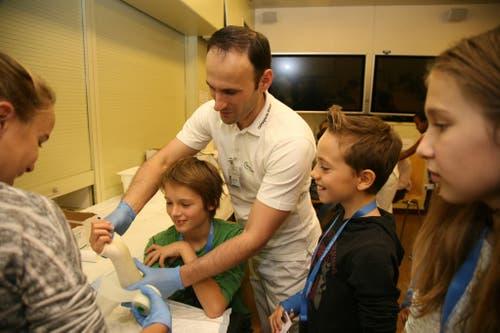 Die Kinder lernen die Tätigkeit des Rettungsdienstes kennen, der Pflege oder lernen selber einen Gips anzulegen. (Bild: Beat Epp)