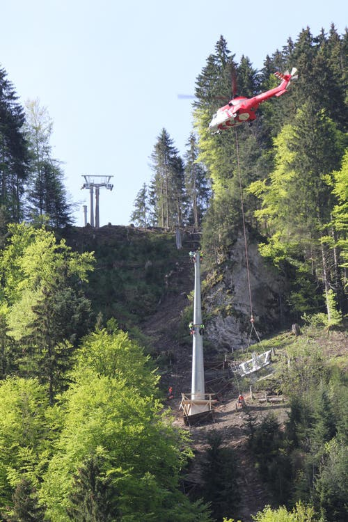 Der Super-Puma bringt Mast Nummer vier in den Steilhang zwischen Engelberg und Gerschnialp. (Bild: Mike Bacher)