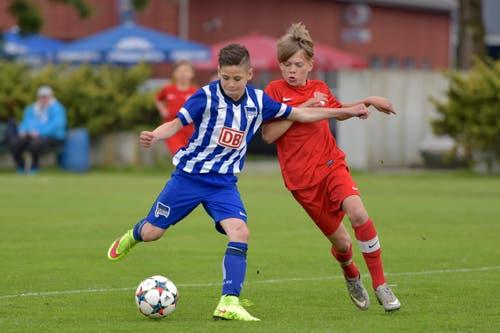 Spieler des FC Thun und Hertha BSC Berlin kämpfen um den Ball. (Bild: Martin Meienberger)