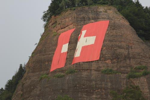 Die grosse Schweizerflagge wurde beim Gewitter beschädigt. (Bild: Leserreporterin Bernadette Zimmermann)